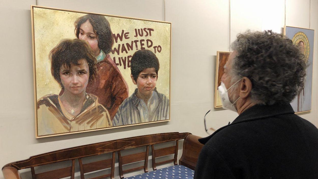 Lluís Ribas amb una de les seves obres al seu espai artístic de Sant Cugat / Foto: Cugat Mèdia