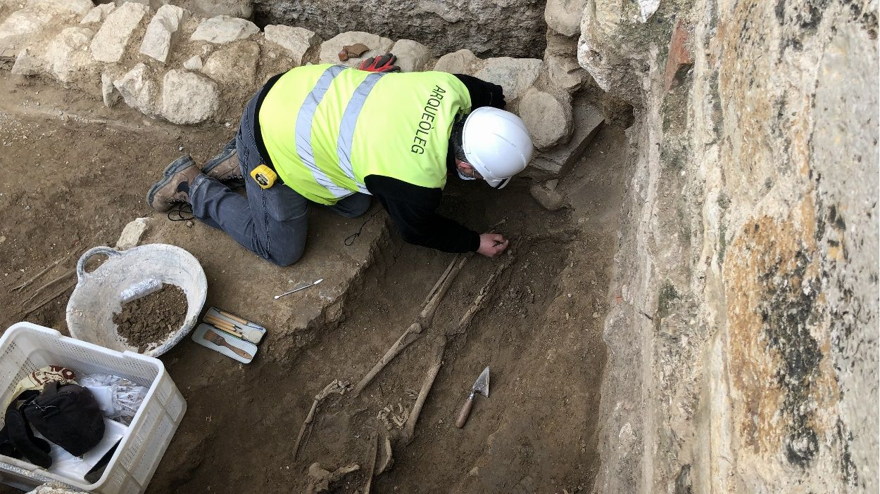 Imatge de les restes trobades a la façana principal del Monestir de Sant Cugat / Foto: Cugat Mèdia