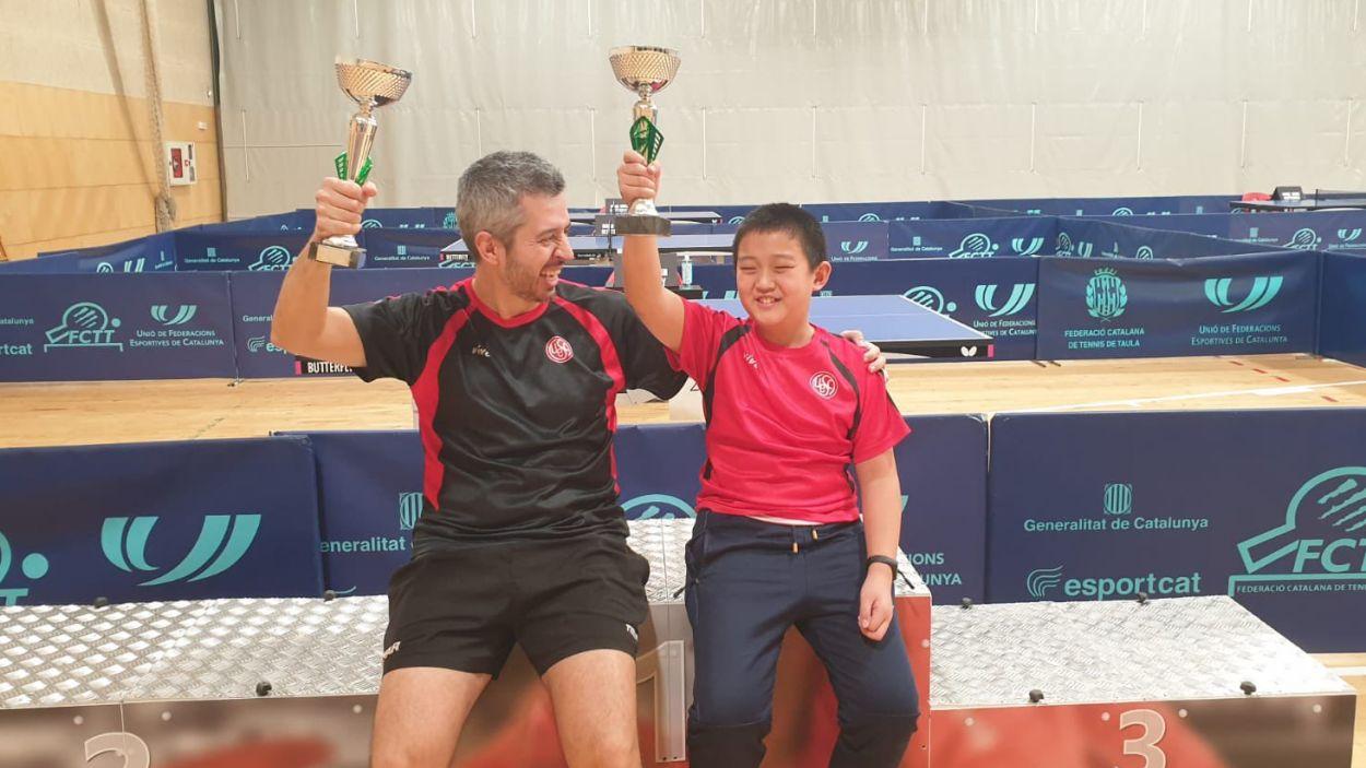 D'esquerra a dreta, Josep Anton i Zou Tian Xiang amb les copes guanyades / Font: UESC