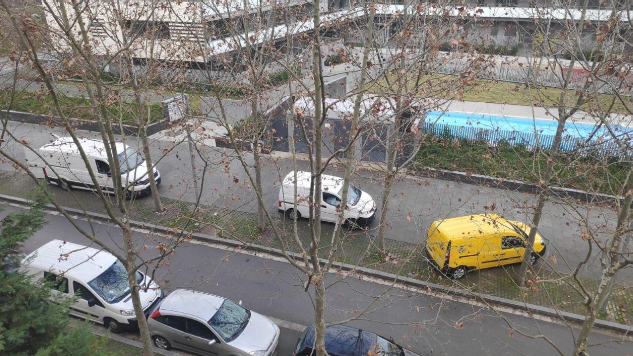 Cotxes aparcats a sobre la vorera / Foto: Cedida