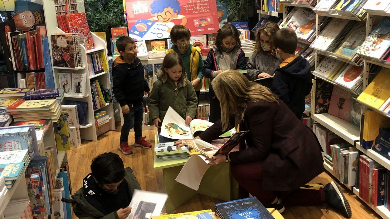 La consellera, Àngels Ponsa, amb alguns dels infants participants a la llibreria Paideia de Sant Cugat / Foto: Cugat Mèdia