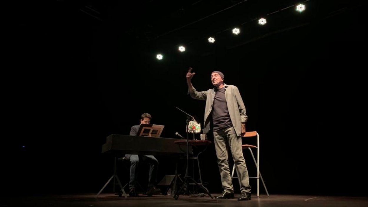 Llach Poeta amb Albert Flores, al piano, i Joan Berlanga, a la veu / Foto: Cugat Mèdia
