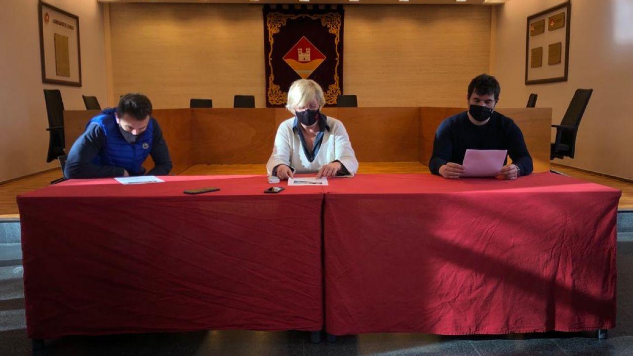 Elena Degollada, Bernat Gisbert i Oriol Gràcia, durant la roda de premsa a l'EMD. Foto: EMD Valldoreix