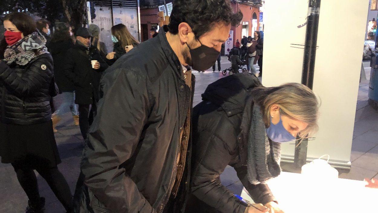 El conseller santcugatenc Damià Calvet i la portaveu de Junts per Sant Cugat, Carmela Fortuny, recollint signatures / Foto: Cugat Mèdia