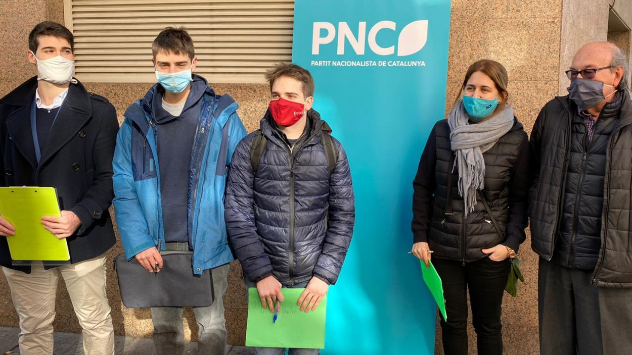 Marta Pascal, Marc Tolrà i altres membres del PNC, als Quatre Cantons / Foto: Cedida