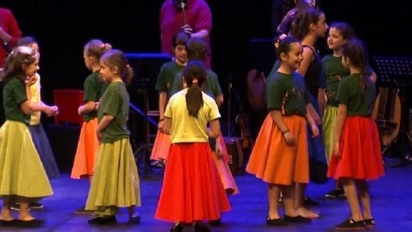 Centenars d'alumnes de l'Esbart es posen a prova al Teatre-Auditori amb música en directe