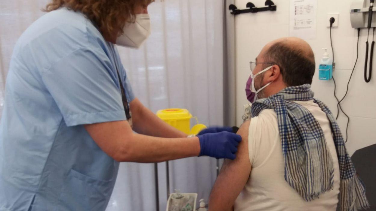 El doctor Pérez Porcuna rebent la vacuna / Foto: Mútua Terrassa