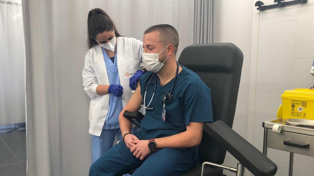 Un dels primers sanitaris dels CAP de Sant Cugat que han rebut la vacuna / Foto: Cugat Mèdia