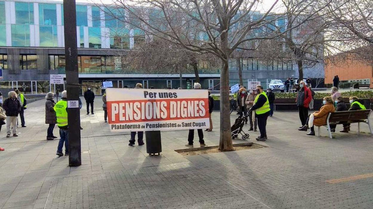 La concentració de la Plataforma de Pensionistes d'aquest dilluns a la Plaça de la Vila / Foto: Julio Sánchez