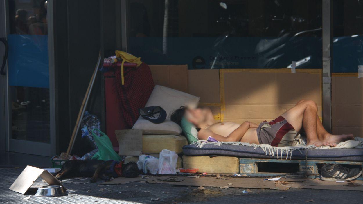 Imatge d'una persona sensellar a la ciutat de Barcelona / Foto: ACN