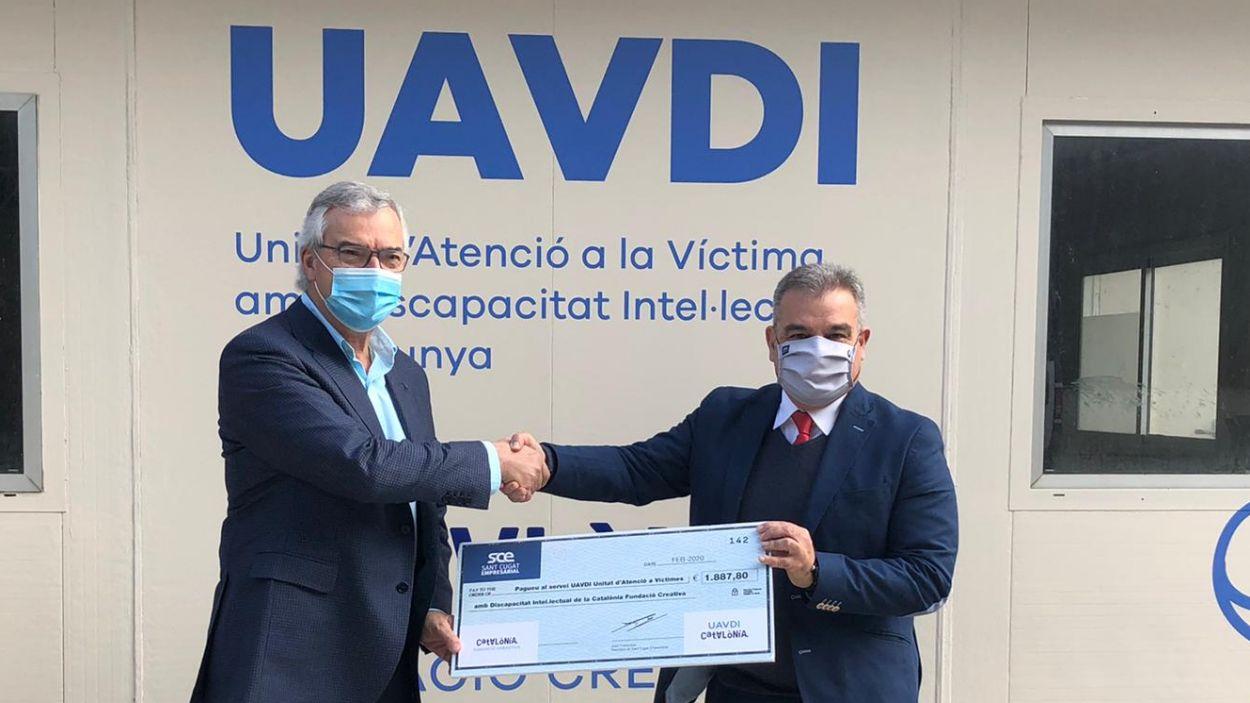 Joaquim Serrahima, director de la fundació, i Joan Franquesa, president de l'entitat durant l'entrega del premi / Foto: Cedida