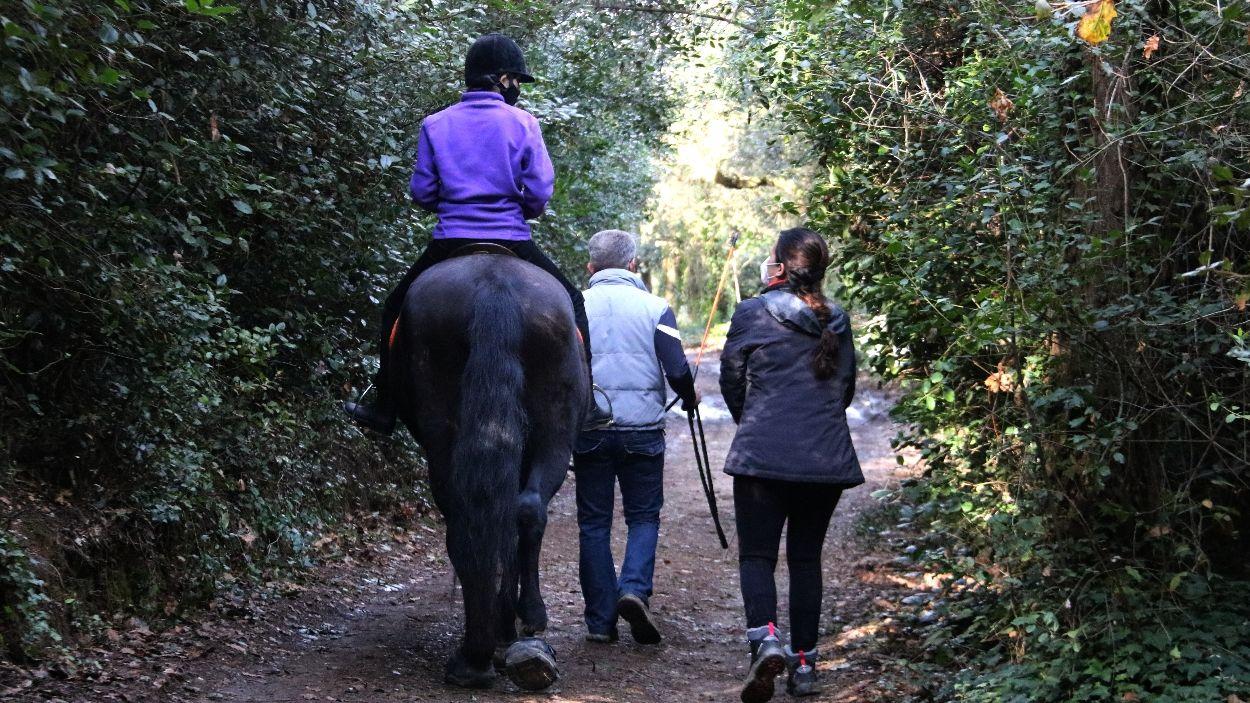 Imatge de l'Ona Martínez damunt d'un cavall en un bosc de Sant Cugat / Foto: ACN