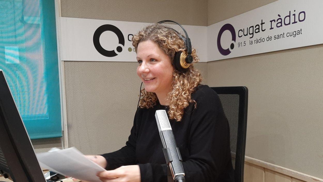 Júlia Farré, una de les locutores d''Hora Sant Cugat', durant la gravació d'un podcast./ Foto: Cugat Mèdia.
