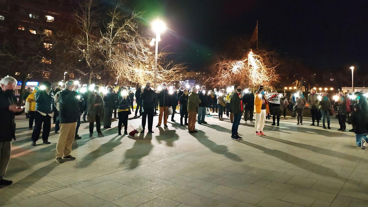 Més d'un centenar de persones ha participat a la concentració silenciosa en favor de la llibertat d'expressió / Foto: Cugat Mèdia