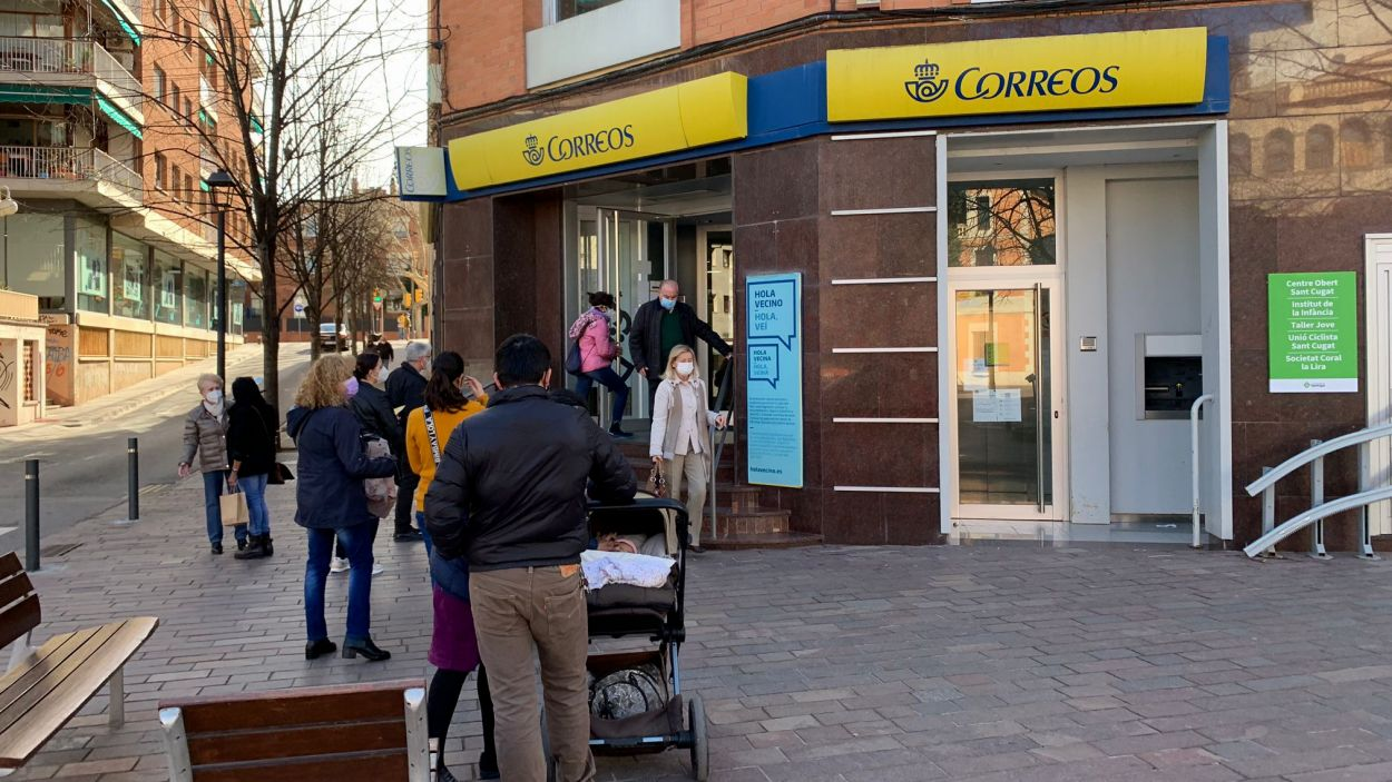 Imatge de les cues a una oficina / Foto: Cugat Mèdia