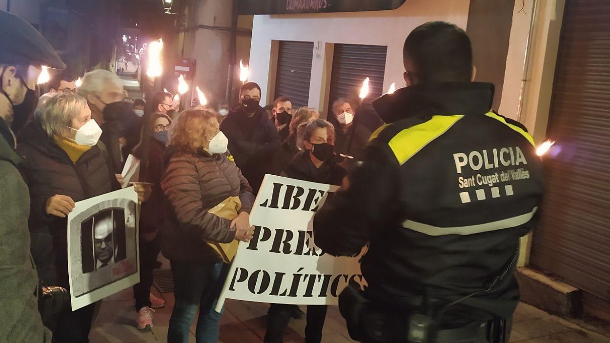 Aquest va ser el moment en què la Policia Local va barrar el pas dels manifestants / Foto: Cugat Mèdia