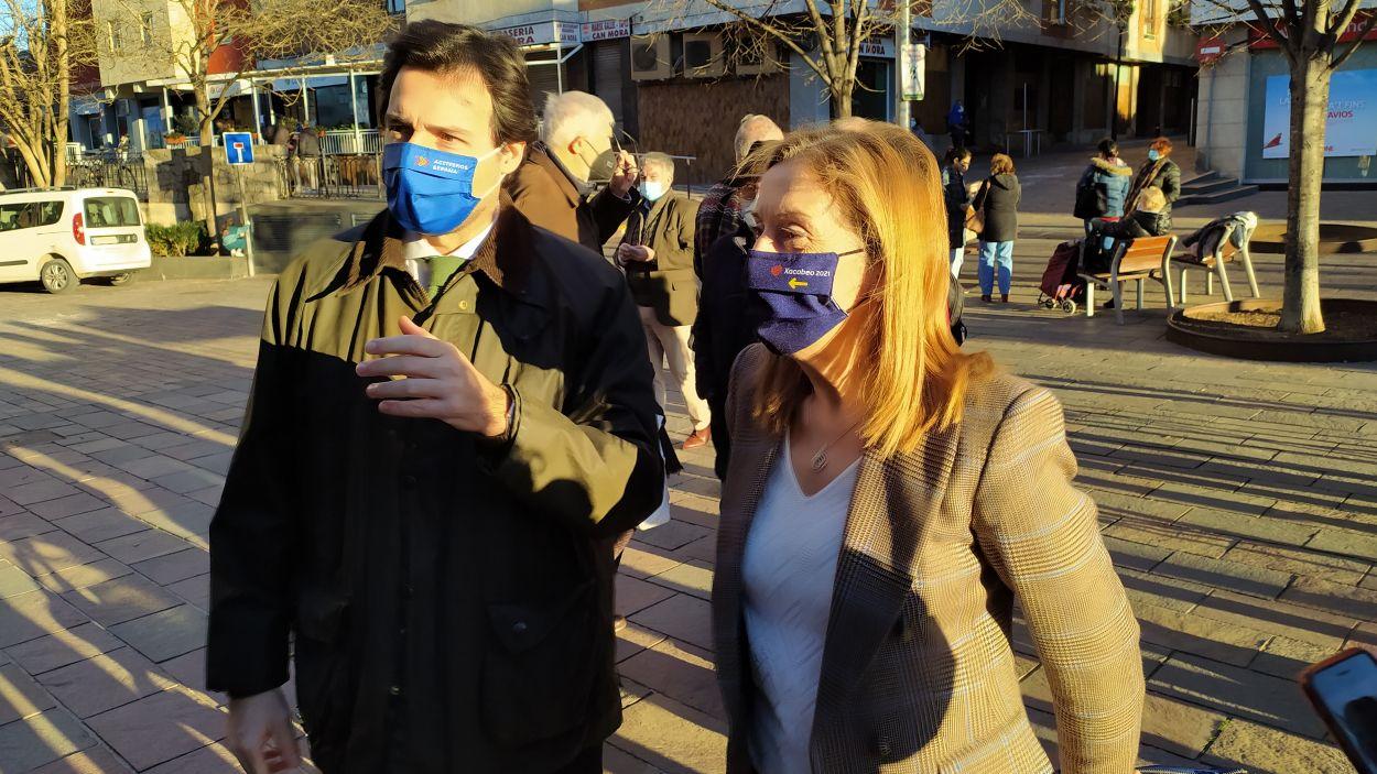 El número 14 del PP, Álvaro Benejam, i la vicesecretaria del PP, Ana Pastor, a la plaça de Can Quitèria / Foto: Cugat Mèdia