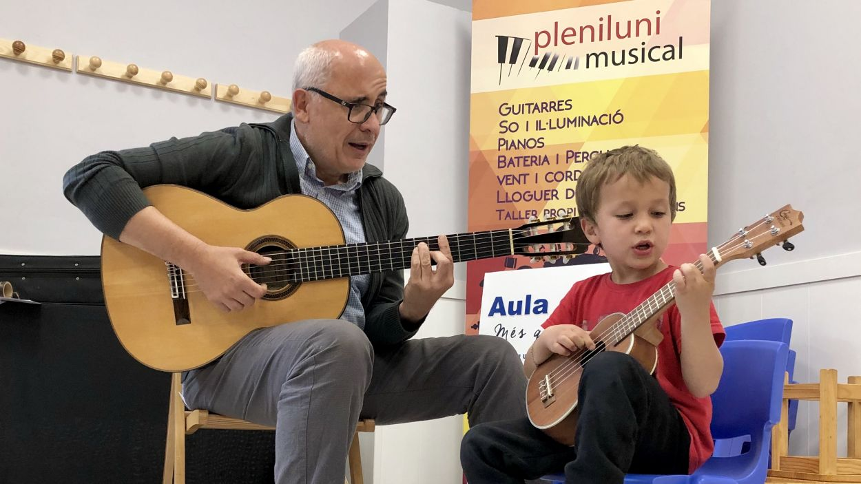 Martí Marin, propietari de Pleniluni Musical en una classe de guitarra / Foto: Cedida