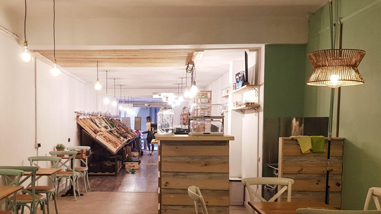 Interior del local Eco Place amb la seva zona de bar i fruiteria / Foto: Cugat Mèdia
