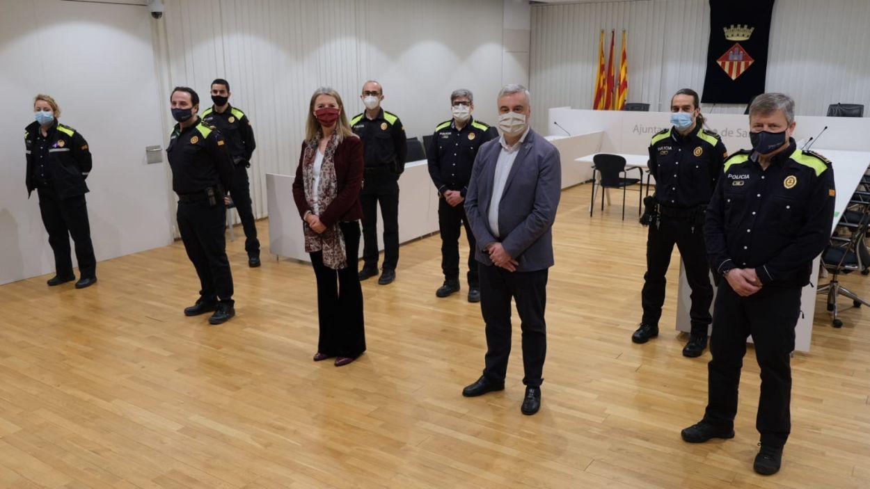 L'alcaldessa, Mireia Ingla, i el regidor de Seguretat, Francesc Carol, amb el quatre nous caporals / Foto: Ajuntament