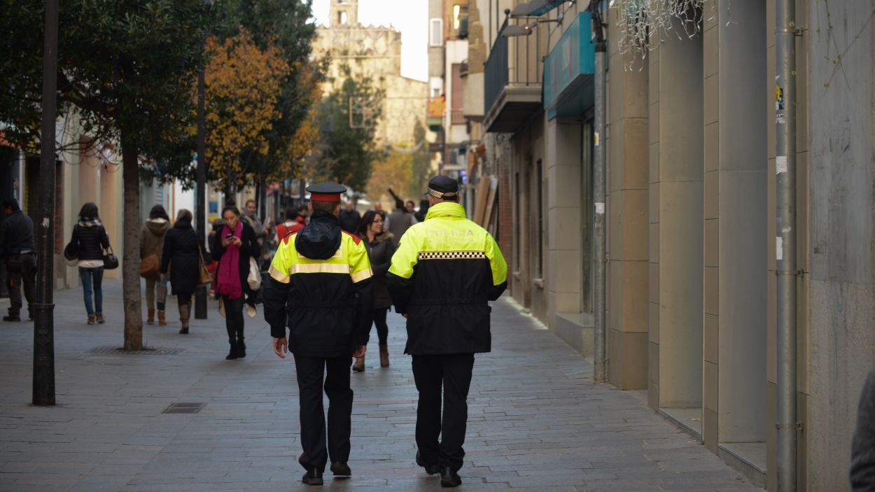 Dos agents de patrulla pel carrer Santiago Rusiñol / Foto: Localpres