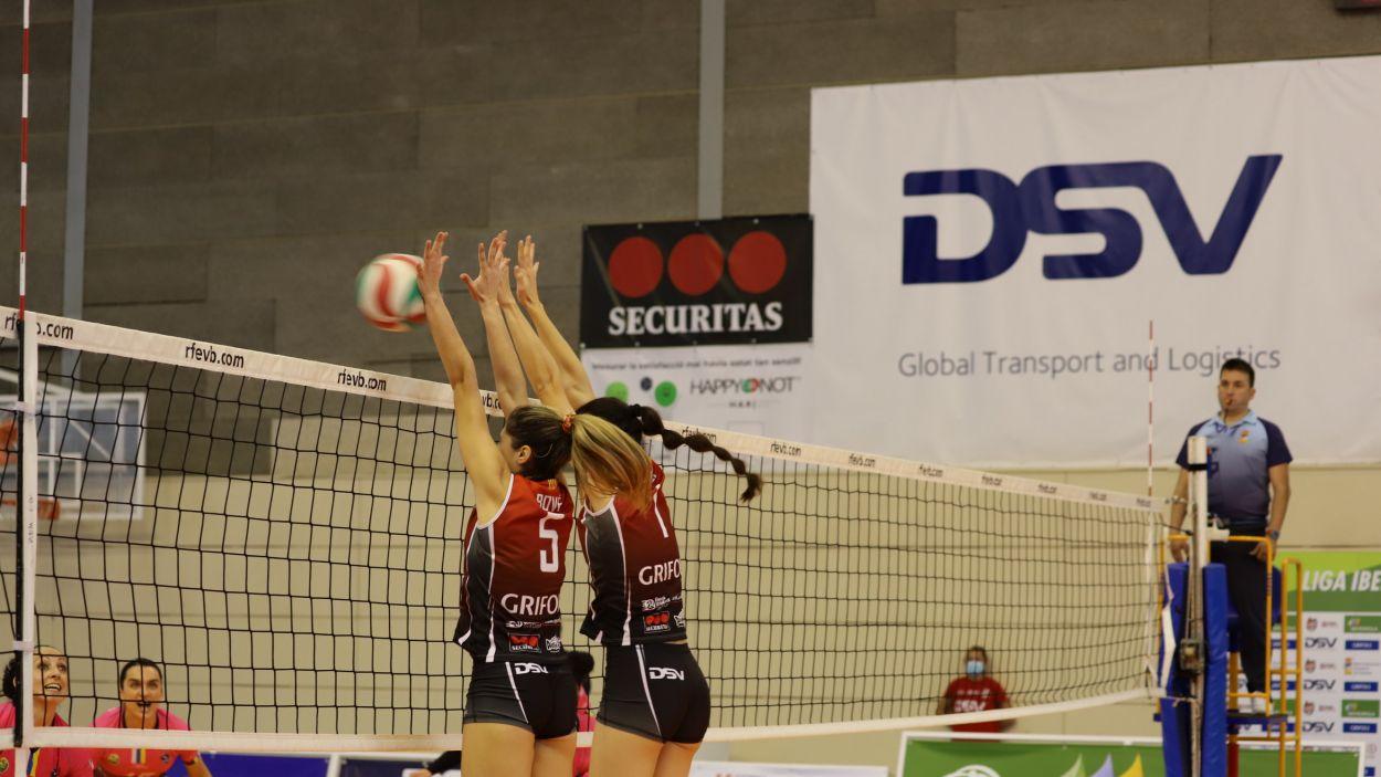 Andrea Bové, amb el dorsal 5 durant un bloqueig / Fonbt: Mireia Norberto