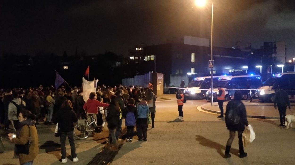 La protesta ha acabat al davant de la comissaria dels Mossos d'Esquadra a Sant Cugat / Foto: Cugat Mèdia