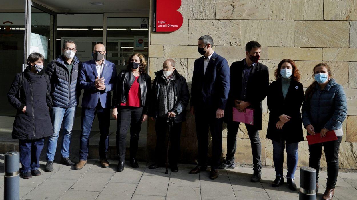 Arcadi Oliveres, flanquejat per autoritats i membres de LaFede.cat, en l'acte de rebateig de la seu de l'entitat amb el seu nom / Foto: Cedida per l'Ajuntament de Barcelona a l'ACN
