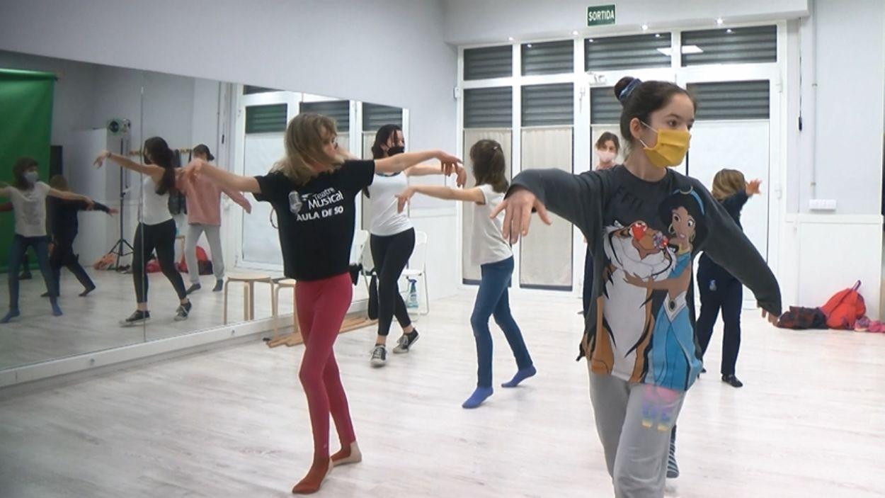 Alumnes del curs de teatre musical de l'escola Aula de so / Foto: Cugat Mèdia
