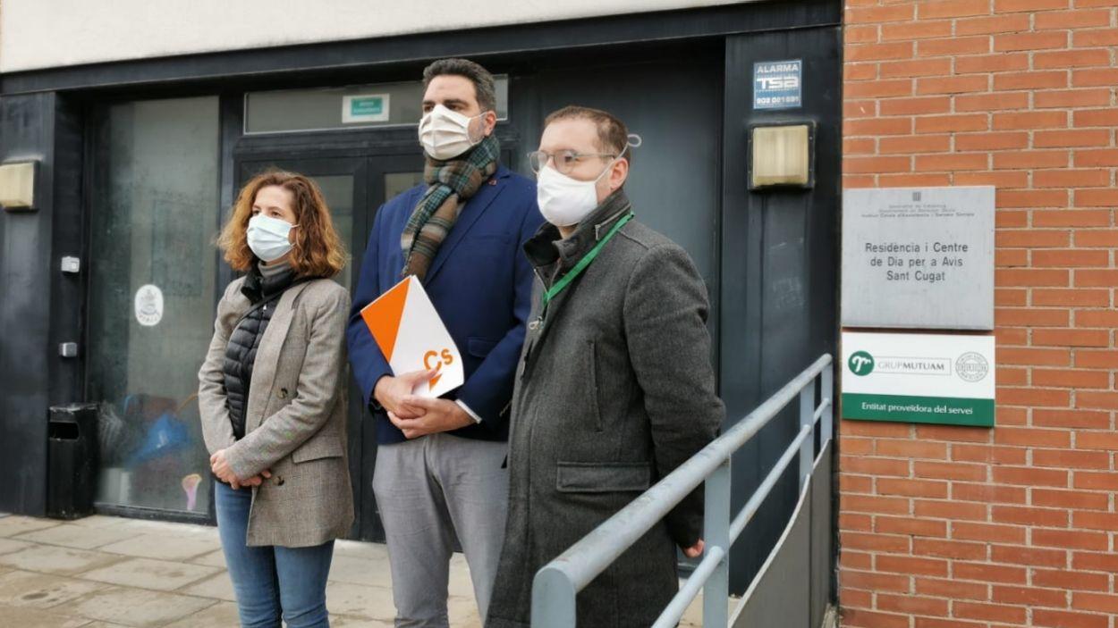 Els regidors de Ciutadans a l'Ajuntament de Sant Cugat davant la residència pública Santa Rosa / Foto: Cugat Mèdia