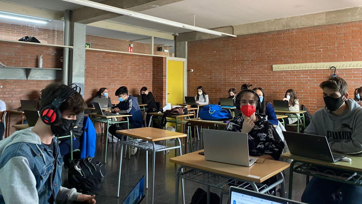Alumnes de l'institut Arnau Cadell realitzant el programa de ràdio / Foto: Arnau Cadell