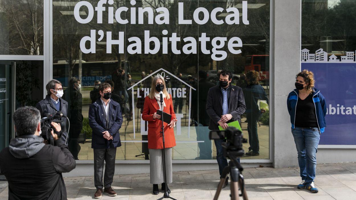 Mireia Ingla, Per Soler, Francesc Duch i Núria Gibert davant la nova Oficina Local d'Habitatge, al passeig de Francesc Macià número 16 / Foto: Lali Puig (Ajuntament)