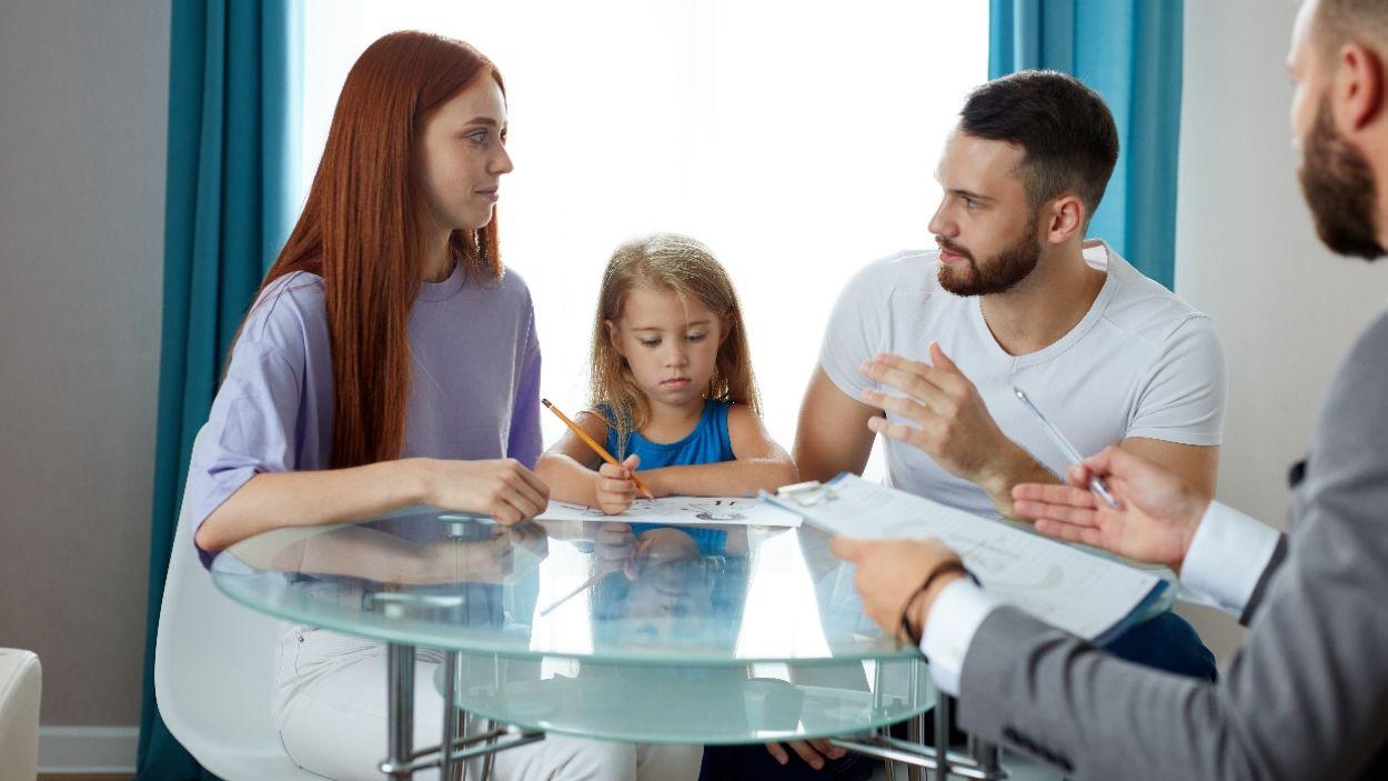 Una família mediant amb l'ajuda d'un expert / Foto: Adobe Stock