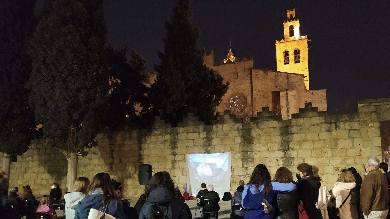 La projecció s'ha fet a la muralla del Monestir de Sant Cugat, a la plaça d'Octavià / Foto: Cugat Mèdia