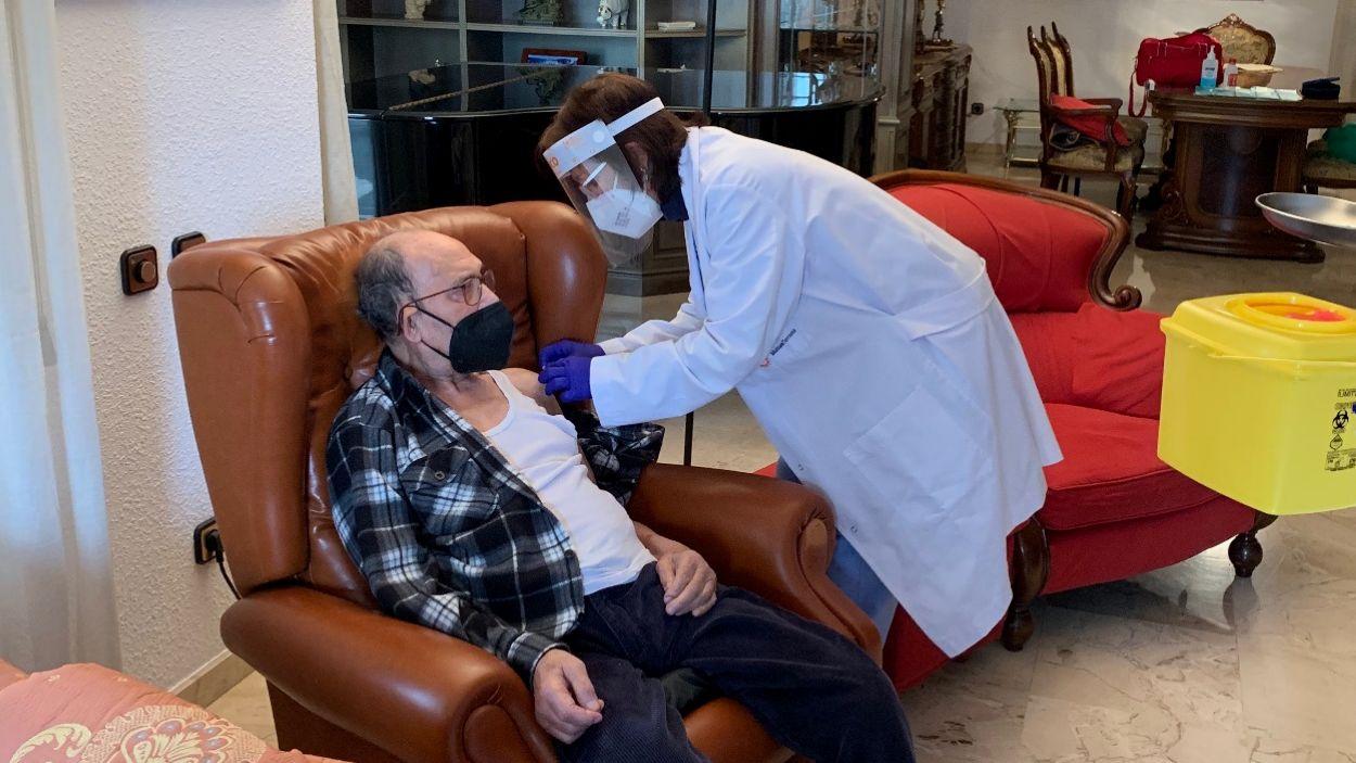 Un veí de Valldoreix de 90 anys ha rebut la primera dosi de la vacuna a casa / Foto: Cugat Mèdia
