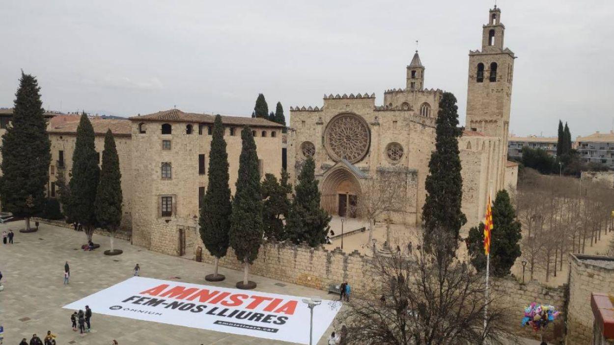 Pancarta desplegada per Òmnium Sant Cugat / Foto: Òmnium Sant Cugat