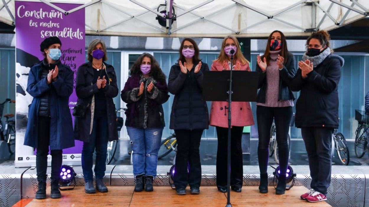 Les regidores de totes les forces polítiques amb representació al consistori han llegit el manifest / Foto: Lali Puig (Ajuntament de Sant Cugat)