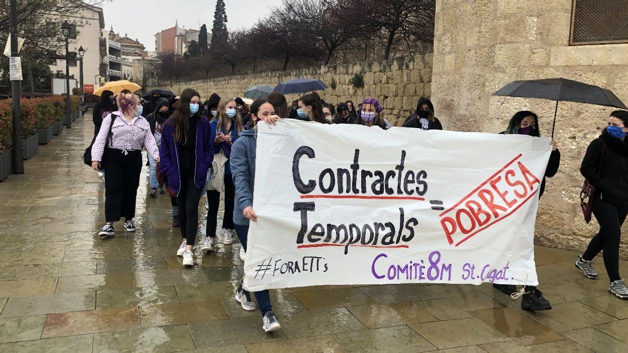Les manifestants han penjat pancartes en diversos punts de Sant Cugat en defensa de les treballadores / Foto: Cugat Mèdia