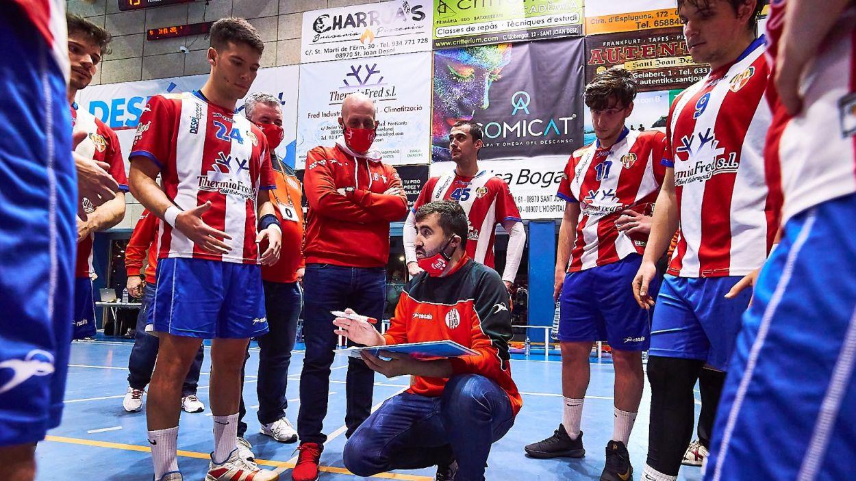 El santcugatenc David López dirigint l'Handbol Sant Joan Despí / Foto: Jordi Terrón