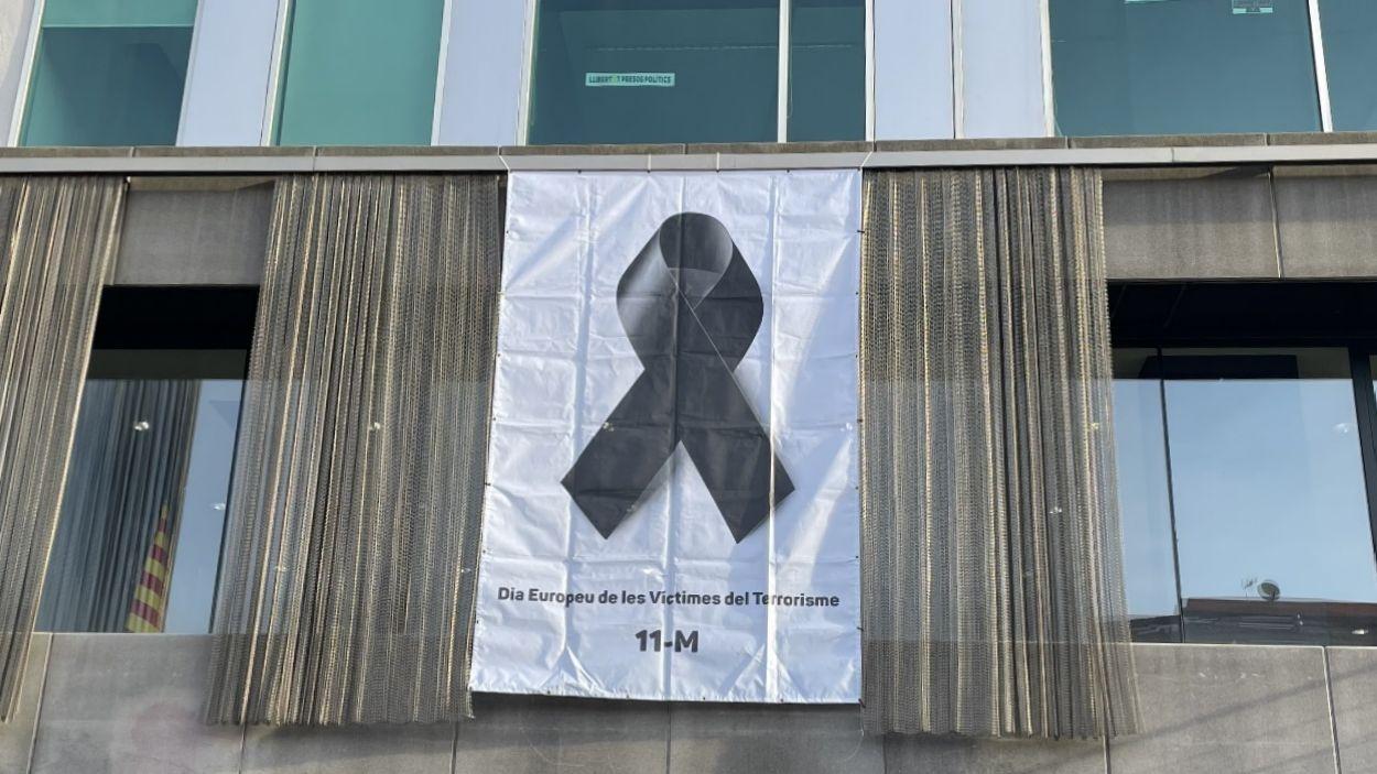 La façana de l'Ajuntament amb la pancarta que commemora el Dia Europeu de les víctimes de terrorisme / Foto: Cugat Mèdia