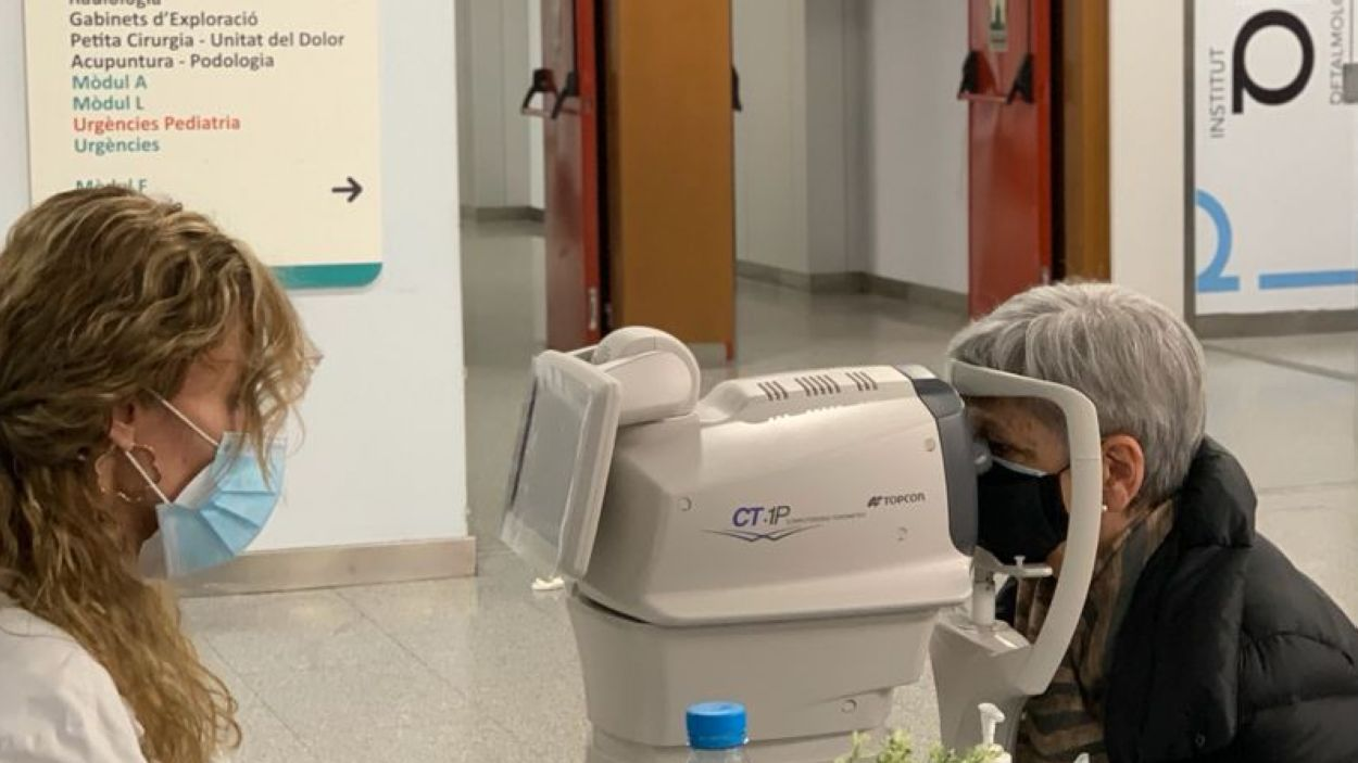 Revisió ocular realitzada a la recepció de l'Hospital General de Catalunya / Foto: HUGC
