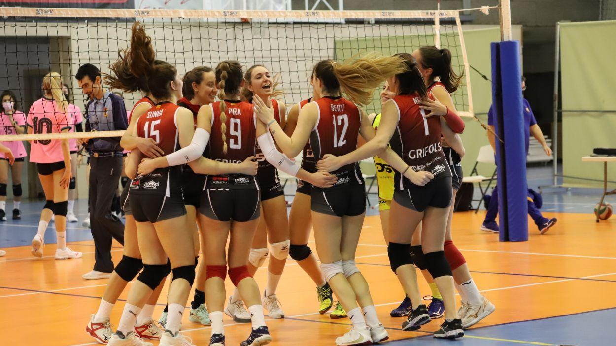 Les jugadores santcugatenques, eufòriques després de superar el CV Barcelona / Foto: Mireia Norberto