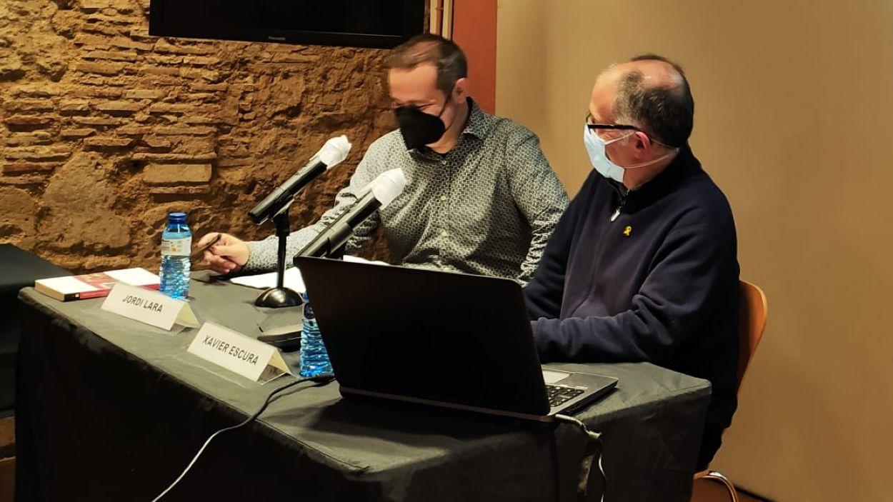 Xavier Escura (dreta) i Jordi Lara durant la presentació del llibre / Foto: Cugat Mèdia