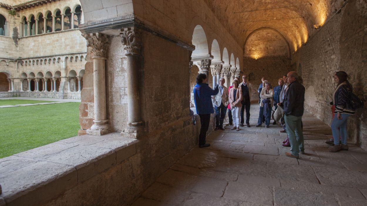 Imatge d'arxiu d'una visita guiada al Claustre del Monestir de Sant Cugat / Foto: Oficina de Turisme