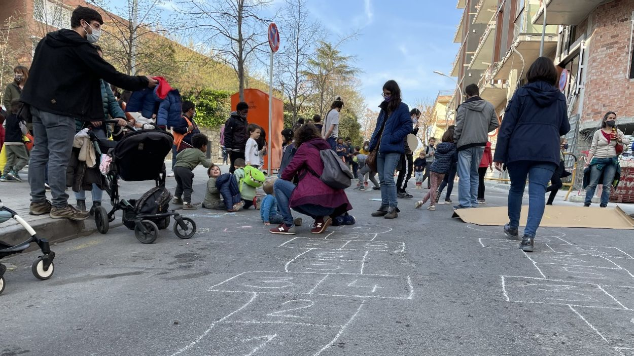Pares i nens a la reivindicació per demanar entorns escolars més segurs i pacífics / Foto: Cugat Mèdia