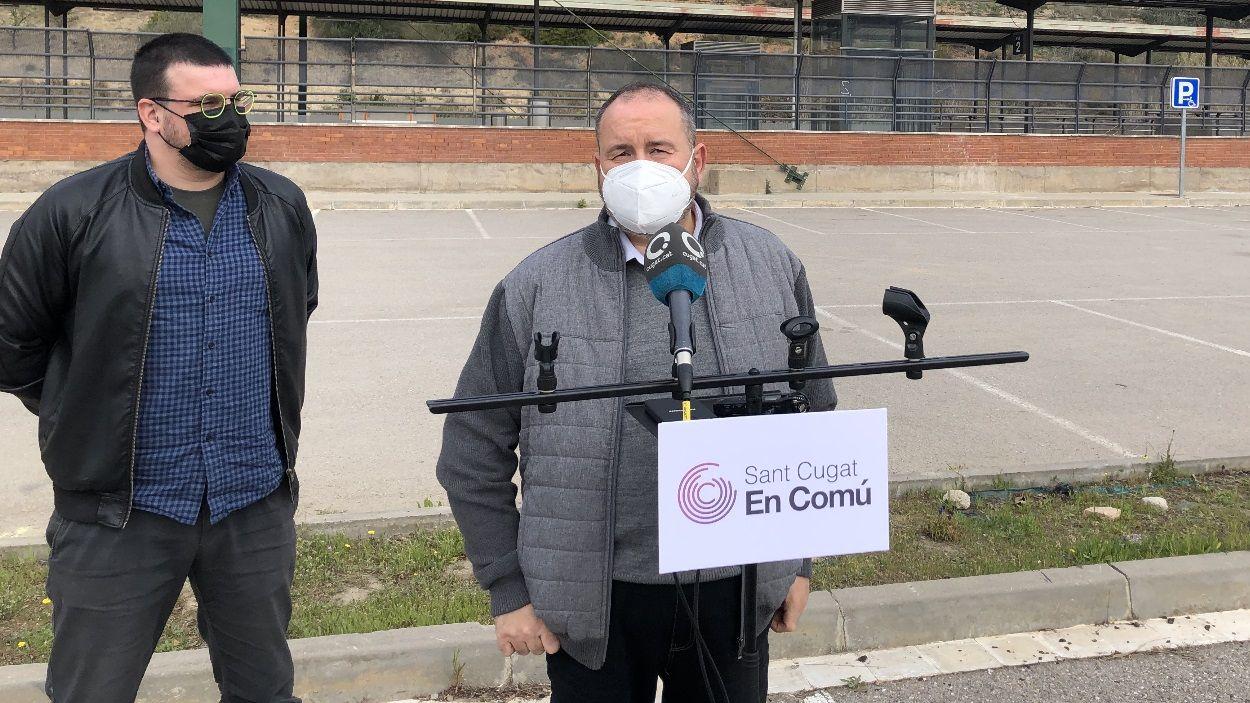 Ramon Gutiérrez, de Sant Cugat en Comú, i el diputat al Congrés Joan Mena a l'estació de Renfe de Sant Cugat / Foto: Cugat Mèdia