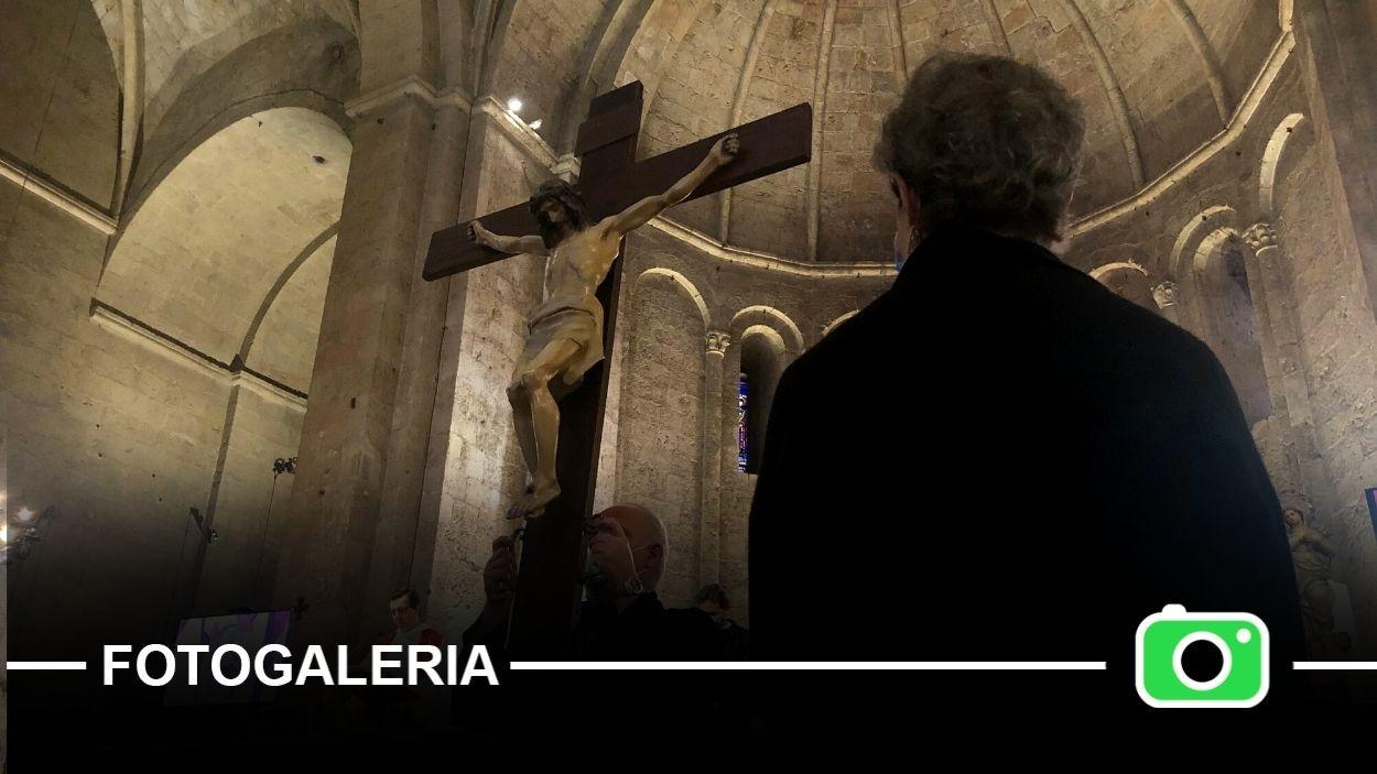 Enguany, el Via Crucis s'ha fet dins l'església del Monestir / Foto: Cugat Mèdia