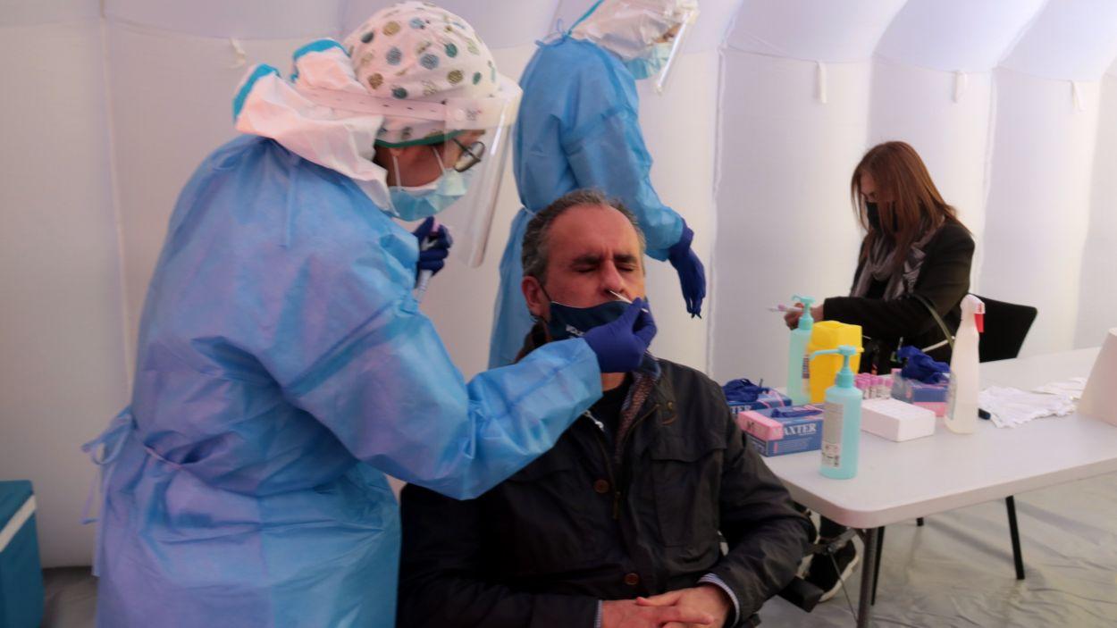 Uns sanitaris fent proves PCR / Foto: ACN