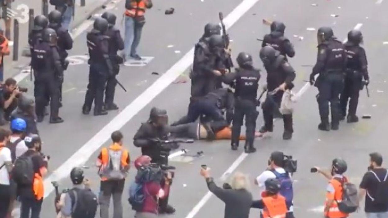 Moment de la detenció de Guillem / Foto: Twitter TV3