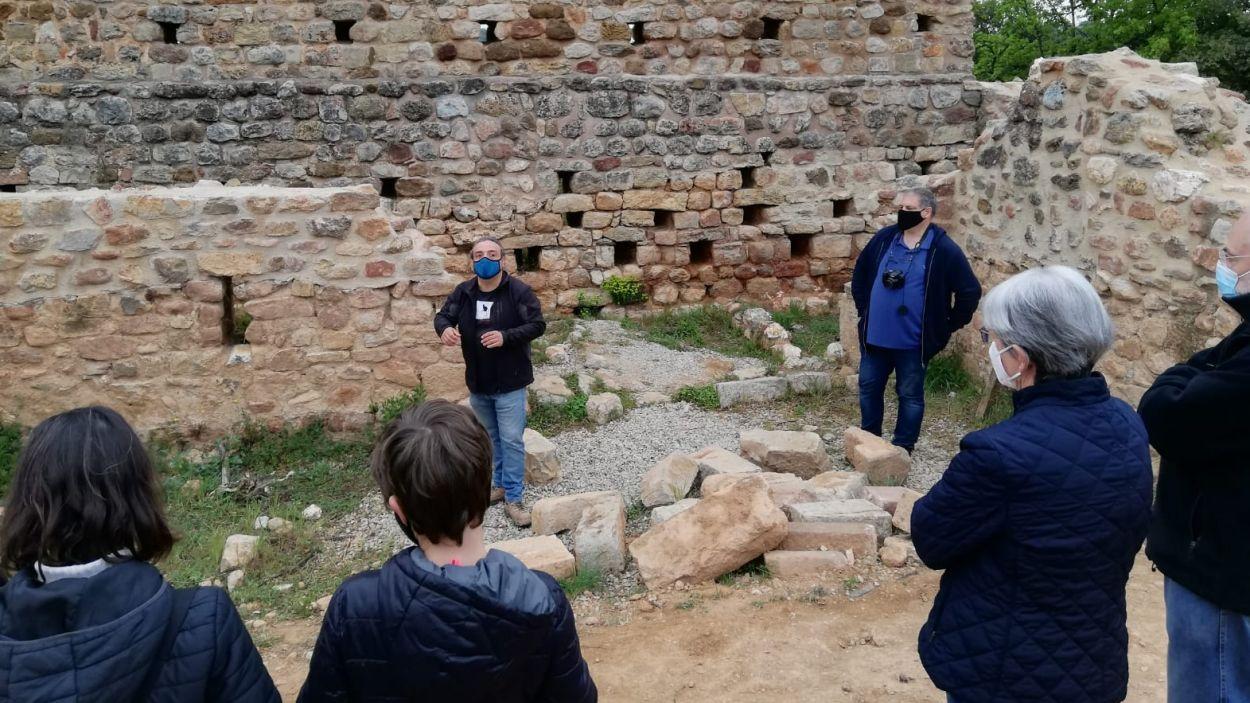 L'arqueòleg Eduard Píriz i l'historiador Juanjo Cortés explicant les restes als visitants / Font: Cugat Mèdia